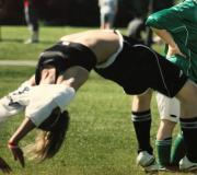 Agnes gör volter efter att ha gjort mål i en fotbollsmatch